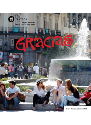 Människor sitter på torget med en fontän i mitten.