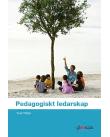 Grupp med barn sitter i ring runt ett träd.