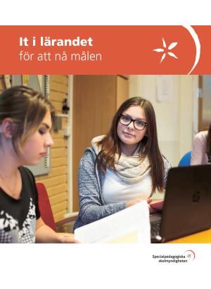 Två kvinnliga elever sitter och arbetar vid en dator.
