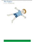 En pojke med rött hår och blåa kläder flyger ovanför en gräsplätt.
