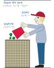 En pojke med röd keps häller ut en sophink i en komposthög.