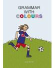 Flicka sparkar fotboll på gräsplätt.