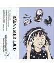 En flicka lyssnar i hörlurar. Ovanför henne svävar en trumma, en klocka och en tupp. Blå bakgrund.