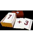 Tre upplagda kort med siffran sju, ett plustecken och siffran tre.