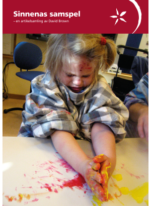 Framsida barn som håller på med målarfärg