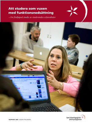 Framsida, en bild av elever som sitter vid datorer och får hjälp av lärare